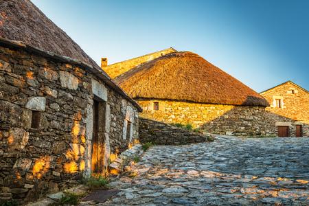 O Cebreiro, 스페인. 석양에 역사적인 석조 헛