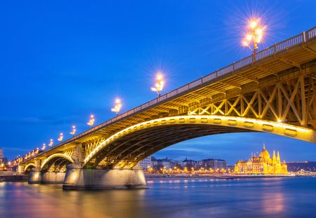 Vview of Margaret Bridge with the Parliament of Hungary 版權商用圖片