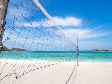 voleibol: Net Volleybvall en la playa con el cielo claro en un día soleado