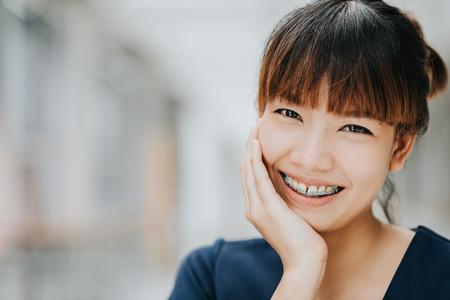 Retrato de feliz joven bonita chica asiática con llaves sonriendo. Foto de archivo - 71966468