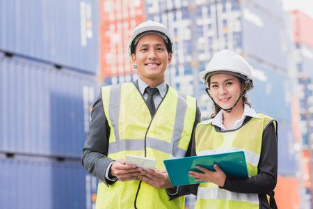 Secretario y hombre de negocios en logística, exportación, industria de la importación con la carga del contenedor de carga del envío en el fondo. Foto de archivo - 77534144