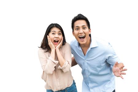 Porträt von asiatischen Paaren mit überraschtem und aufgeregten Ausdruck lokalisiert auf weißem Hintergrund