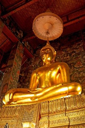 an obeisance: Buddha statue