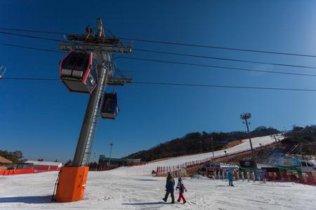 top 7: Hongcheon, COREA DEL SUR - 07 de marzo: remontes g�ndola de tomar los esquiadores hasta la cima de Vivaldi Park Ski Mundial en la ciudad de Hongcheon, provincia de Gangwon, Corea del Sur el 7 de marzo de 2014. Editorial