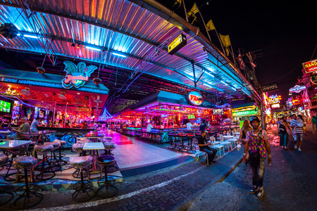 gogo girl: PATTAYA, THAILAND - 15. April 2016: Bunte Nachtlicht Straße Pattaya am 15. April in Fuß, 2016 Pattaya Thailand. Editorial