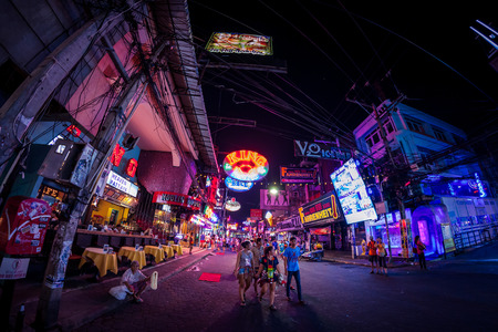 gogo girl: PATTAYA, THAILAND - 15. April 2016: Bunte Nachtlicht Stra�e Pattaya am 15. April in Fu�, 2016 Pattaya Thailand. Editorial