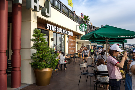 praya: BANGKOK, THAILAND - SEPTEMBER 17, 2016: Starbucks coffee shop riverside of chao praya at Tha Maharaj in Bangkok, Thailand.