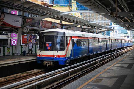 Bangkok-Thailand 20.Oktober 2018: BTS Sky Train am Bahnhof Nana tagsüber.