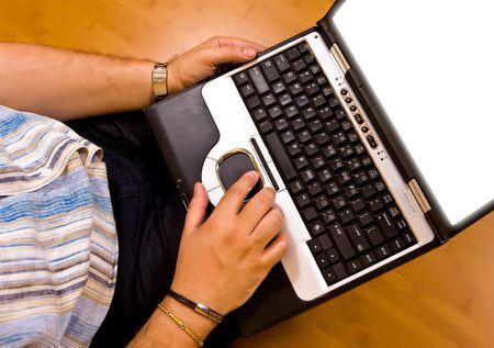 outwork: hombre tumbado en suelo de bamb� trabajar con su ordenador port�til 01  Foto de archivo