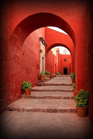 arcos de piedra: rojo viejo edificio tradicional con arco