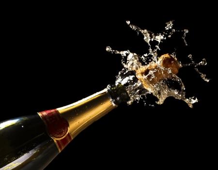 brindisi champagne: ammenda da vicino l'immagine di una bottiglia di champagne sfondo