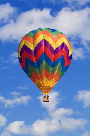 bella immagine di nuvole bianche e cielo blu arguzia aria palloncini colorati HOR