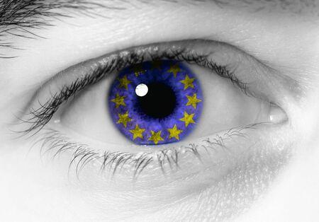 bandera de suecia: en blanco y negro cerca de los ojos con la bandera azul de Europa