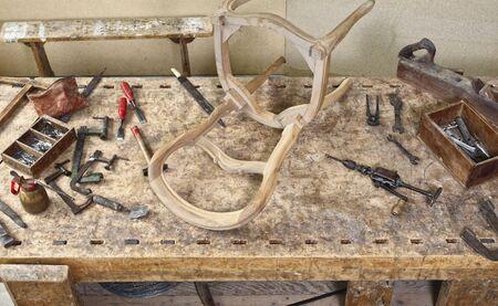 muebles antiguos: la imagen del cl�sico de la vendimia herramientas de carpintero de edad en la mesa de trabajo de la madera Foto de archivo