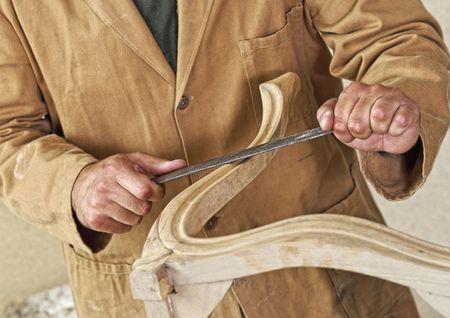 artesano: detalle de carpintero del C�ucaso en el trabajo Foto de archivo