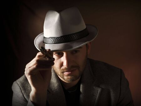 hombre fumando puro: imagen fina del estilo de cosecha de retrato de hombre de fumar cauc�sicos