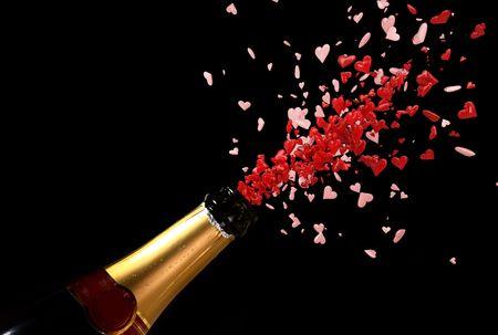 botella champagne: botella de Champagne con tiro de amor de rojo corazones fondo negro