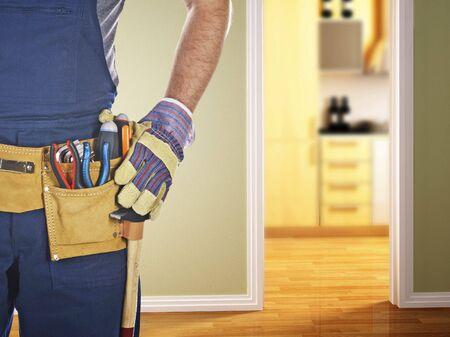 Detail der klassischen Leder-Tool-Gürtel tragen durch Handyman isoliert