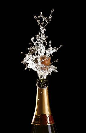 bouteille champagne: bouteille de champagne classique avec fond de cork � �clater