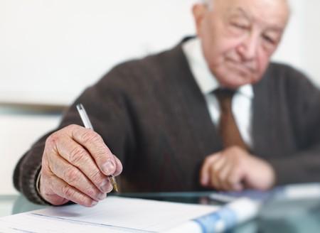 80s adult: anciano grabar imagen de enfoque selectivo