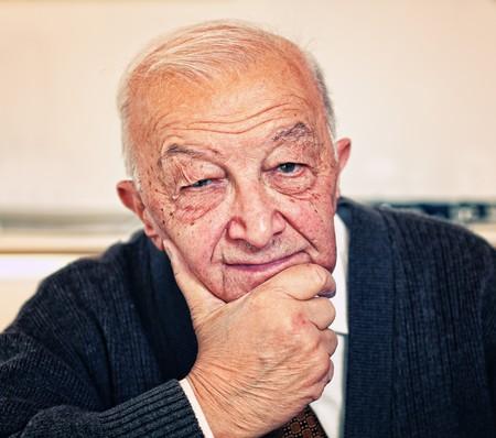 80s adult: fina conf�a en retrato de hombre viejo  Foto de archivo