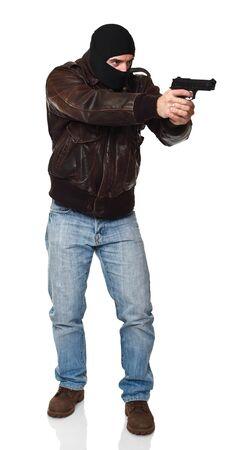 bandidas: Retrato de ladr�n cl�sico con pistola aislado en blanco  Foto de archivo