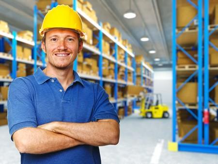 fabrikarbeiter: Handyman Portrait in 3d Warehouse-Hintergrund Lizenzfreie Bilder