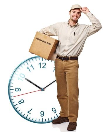클래식 시계와 서있는 배달 남자 미소