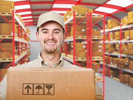 sorridente uomo giovane consegna nel magazzino moderno