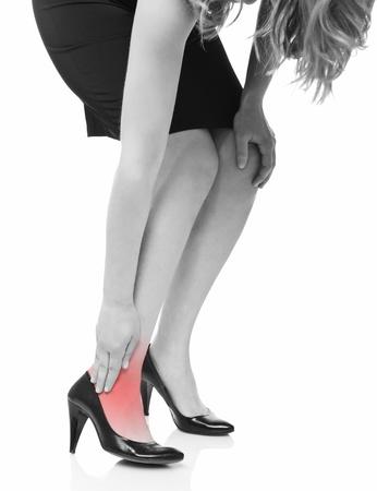 pied jeune fille: fille du Caucase toucher sa jambe isol� sur fond blanc Banque d'images