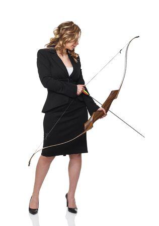 arco y flecha: mujer joven con arco sobre fondo blanco