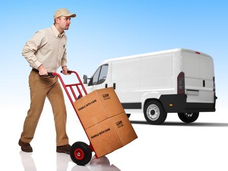 corriere: uomo di consegna con sfondo handtruck e camion
