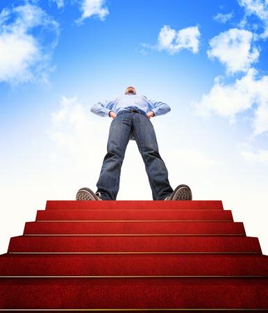 lider: hombre de pie y la escalera con alfombra roja