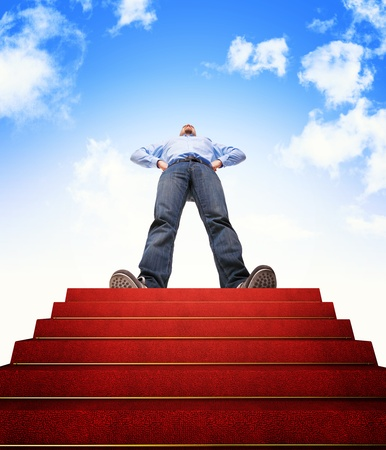stair: staande man en trap met rode loper Stockfoto