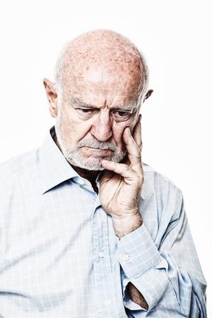 hombre pensando: cauc�sico viejo pensamiento aislado en blanco Foto de archivo