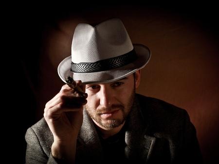 hombre fumando puro: fina retrato de gángster caucásica
