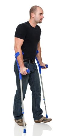 pierna rota: joven con muletas aislados en blanco