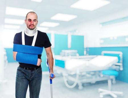 pierna rota: Retrato de hombre caucásico heridos en el hospital Foto de archivo