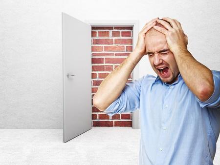 desperate: el hombre estresado y puerta cerrada