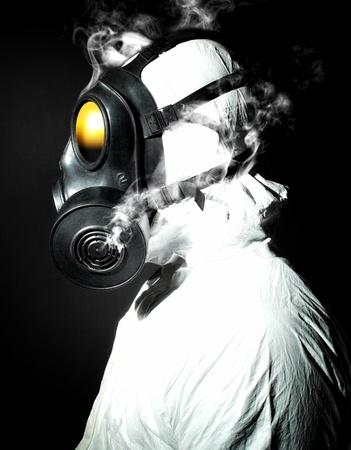 riesgo biologico: Retrato de hombre con m�scara de gas