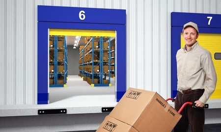 warehouse interior: sorridente lavoratore al di fuori di magazzino Archivio Fotografico