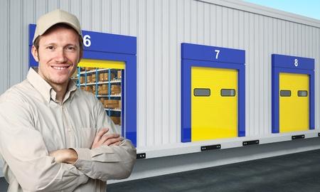 warehouse interior: ritratto di caucasico sorridente giovane operaio