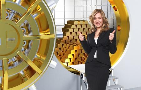 donna sorridente e caveau con lingotti d'oro