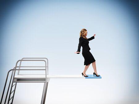springboard: mujer que camina en la clásica de partida Foto de archivo