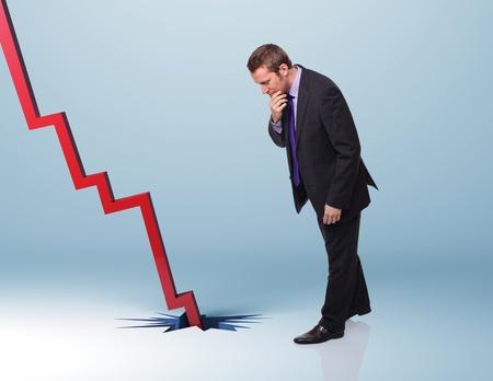 naar beneden kijken: zakenman kijken neer op de rode financiële grafiek