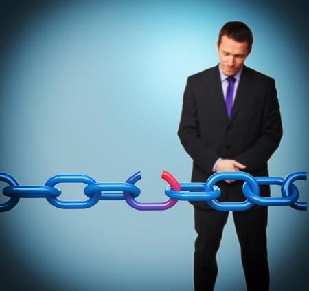 cadena rota: hombre de negocios triste y cadena rota