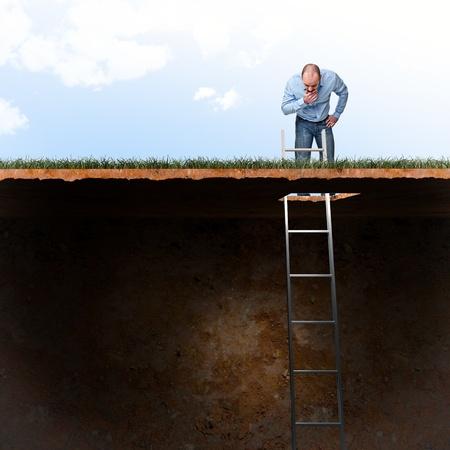 hombre de mirada en el agujero del suelo Foto de archivo