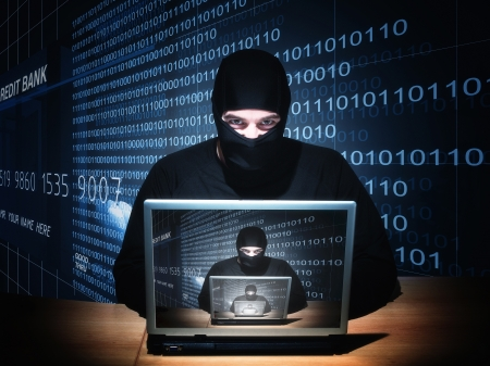 virus informatico: retrato del hacker caucásico con pasamontañas Foto de archivo