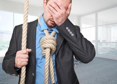 desperate: el hombre va a suicidarse en su oficina Foto de archivo