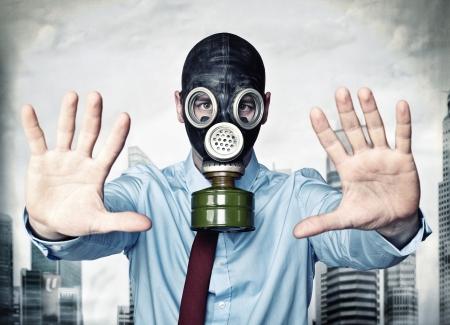 zakenman met gasmasker stop houding Stockfoto